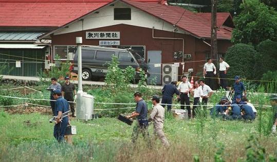 Policie prohledává pole před domem japonského sériového vraha.