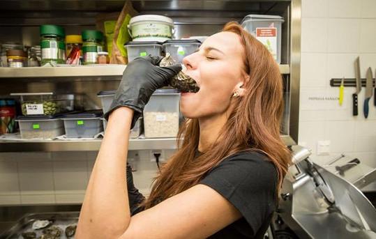 Nejnáročnější bylo porcování ryb a otevírání ústřic, ale u některých dívek se jako nejméně příjemná ukázala samotná degustace ústřic. Ústřice se jedí syrové, bez jakékoliv úpravy, a i když se jedná o nesmírnou delikatesu, pro mnoho dívek bylo ochutnání živé ústřice nelibé.