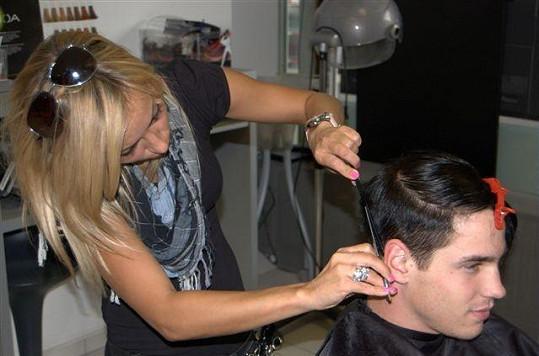 Veronika Herynková zjednoho pražského salonu se stará Danielovi o vlasy.