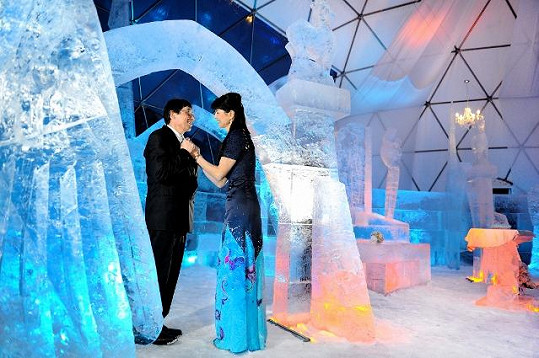 Bálek ledovou katedrálu vytesal společně s kolegy sochaři.