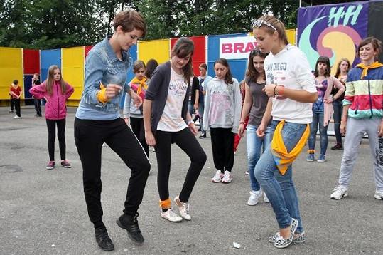 Gabriela s dívkami zkoušela taneční kroky.