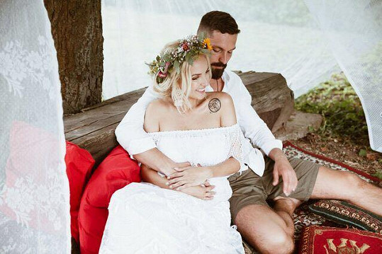 Lucie Špaková na svatební fotce s manželem Yurim, s nímž čeká dítě.
