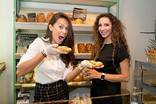 S kamarádkou Olgou Lounovou probíraly na nákupech prémiových potravin zážitky z prázdnin.