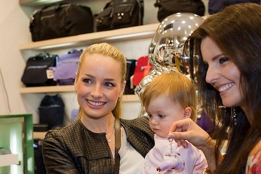 Markéta s dcerou Natálkou a modelkou Martinou Dvořákovou.