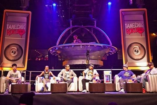 To není vesmírná loď, ale stage, kde seděla hvězdná porota Tanečníka roku.