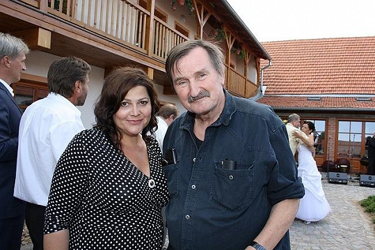 Ilona Csáková a známý fotograf celebrit z Brna Jeff Kratochvil, který na svatbě Romana Horkého nemohl chybět.