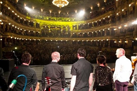 Kollerovi tleskala vestoje celá Státní opera.
