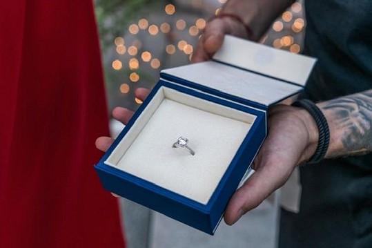 Takhle prsten s dvoukarátovým diamantem vypadá.