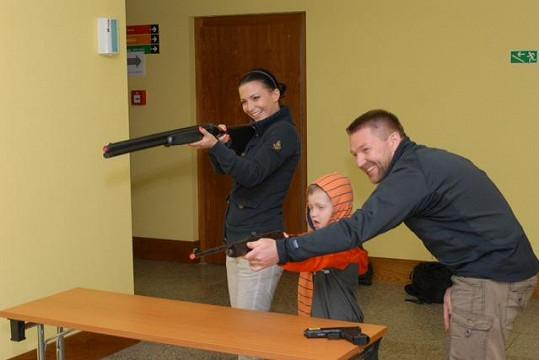 Tady bylo Gábině ještě do smíchu. Střelbu si v laserové střelnici vyzkoušel i malý Kristian.