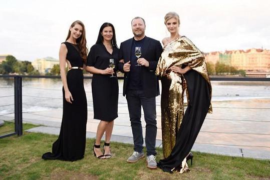 Táňa s majitelem vinařství a hosteskami v ušitých modelech