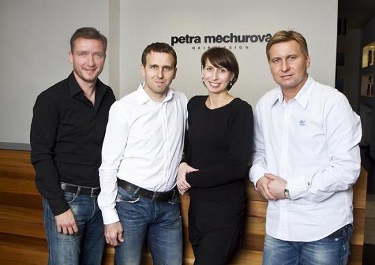Vladimír Šmicer, Karel Poborský a Horst Siegel se svojí dvorní kadeřnicí Petrou Měchurovou.