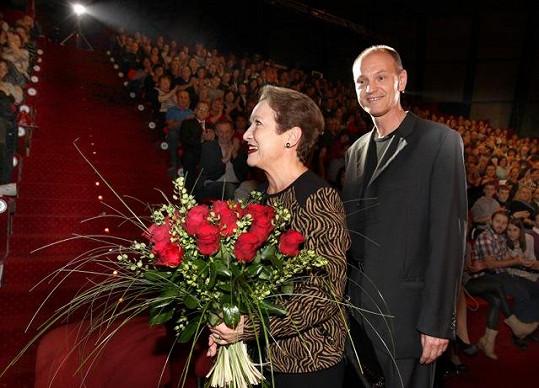 Hana Maciuchová dostala krásnou kytici od producenta Františka Janečka.