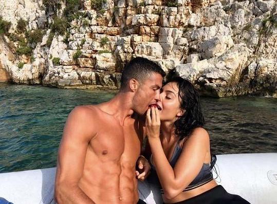 Fotbalista našel štěstí v náruči čtyřiadvacetileté Georginy Rodriguez, matky jeho nejmladší dcery.