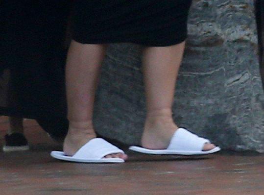Kim otékají nohy, v San Diegu musela odložit i milované vysoké podpatky.