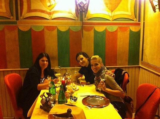 Dara s dámským doprovodem ve veronské restauraci Dvanáct apoštolů.