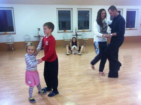 Dcera Tereza tančí s Honzou Tománkem. Děti Honzy Nela a Honzík zase spolu. A Šárka s domácím mazlíkem vše pozorně sleduje.