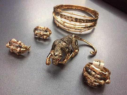 Luxusní šperky ozdobí porotkyni Martu Jandovou během finále SuperStar. Zajímavý je především prsten s gepardem.