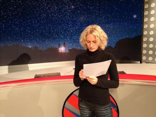 Kristina Kloubková se připravuje na uvádění speciálu Televizních novin Splněná přání.