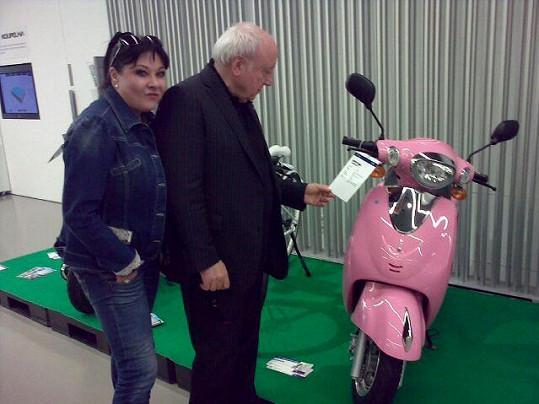 Dáda Patrasová ukázala Felixovi růžový skútr.