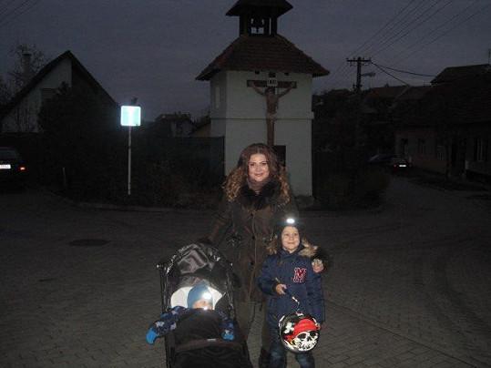Ilona se syny Danielem a Dominikem vyrazila do průvodu.