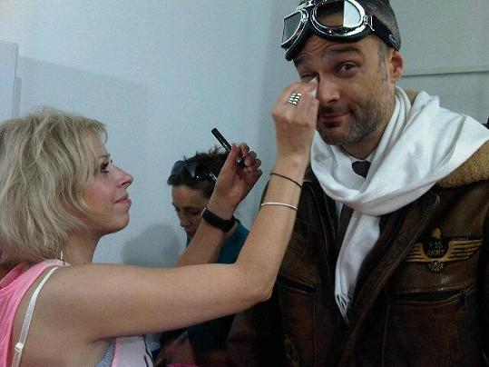 Vizážistka upravuje Jaro Slávika, který oblékl historický kostým pilota.