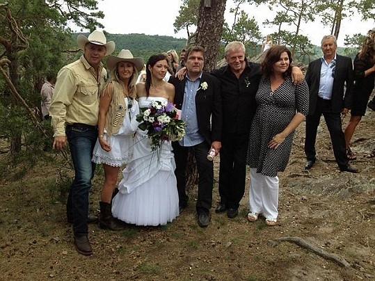 Roman Horký s manželkou Lucií, Laďa Kerndl, Ilona Csáková a ministr Bendl s partnerkou Petrou.