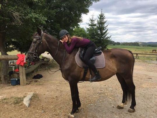 Amélie ve volném čase chodí ke koním.