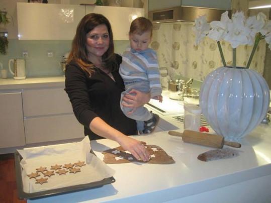 Ilona Csáková peče s mladším synem Dominikem cukroví.