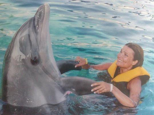Mahulena Bočanová odpočívá v náručí delfína.