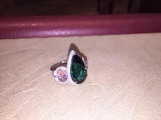 Prsten byl osázen diamanty.
