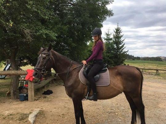Jezdectví ji vedle tancování velmi baví.