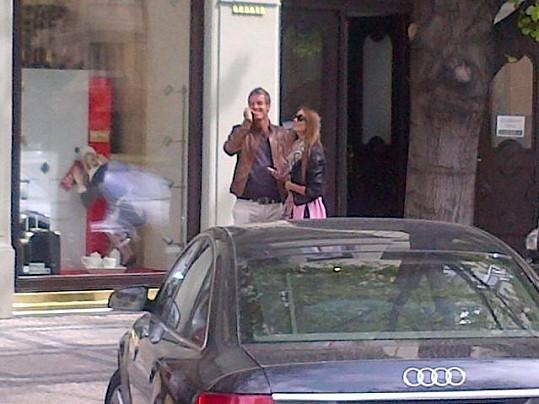 Tomáš Berdych s Ester Sátorovou v Pařížské ulici v Praze.