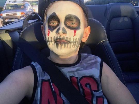 Synovi vytvořila masku zombie.