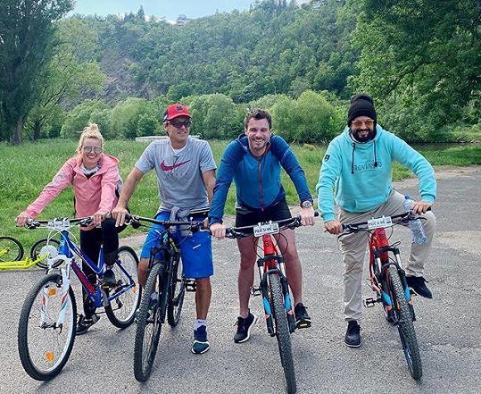 Oslabená porota SuperStar si vyrazila na výlet na kolech.