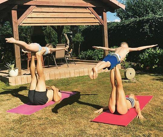 Michaela Maurerová cvičí s dětmi a přítelem, kterého tají, jógu. Teď se rodinka rozroste.