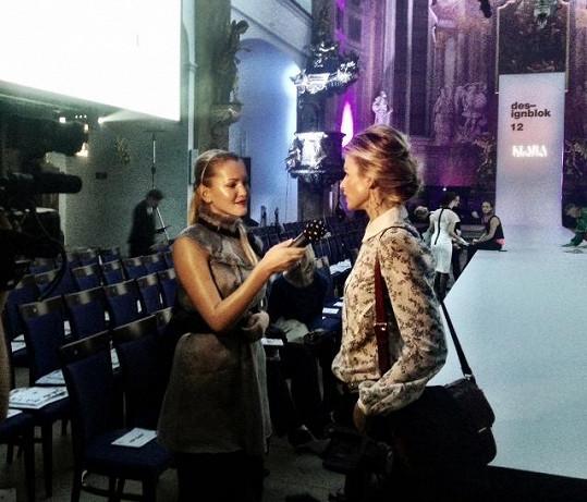 Linda Bartošová dostala práci reportérky.