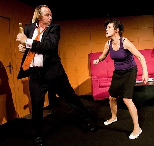 V představení O lásce procházejí oba divokými hádkami.