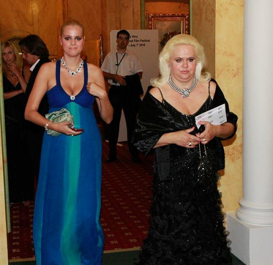 Ornella Štiková s maminkou Monikou, jež po svém návratu z lázní musela vygruntovat celý barák.