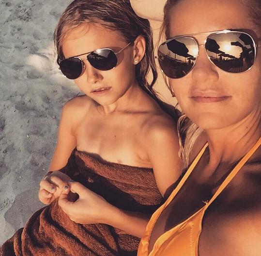 Na dovolenou vyrazila s dcerou Laurou.