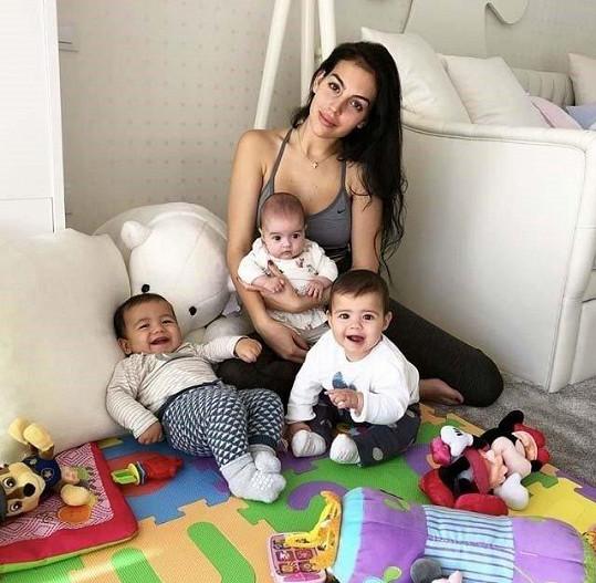 Georgina s kupou dětí, o které se vzorně stará.
