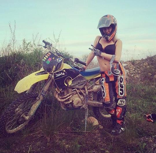 Nikol Kudrnáčová jezdí na motorce od 13 let.