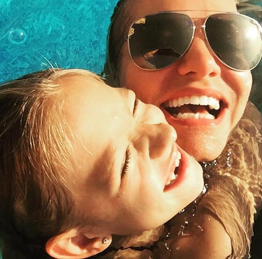 Laura a Dara milují vodní radovánky.