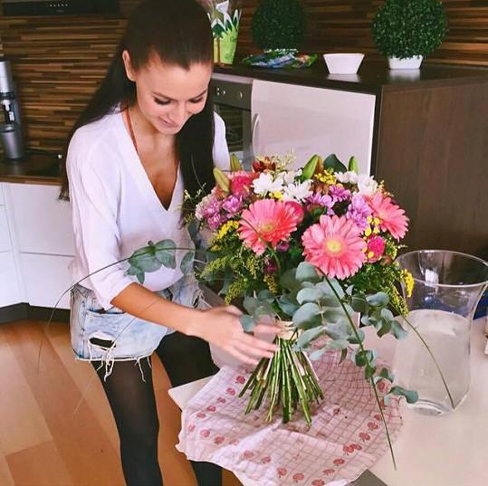 Tereza Chlebovská dostala od Pavla Kadeřábka krásné květiny.
