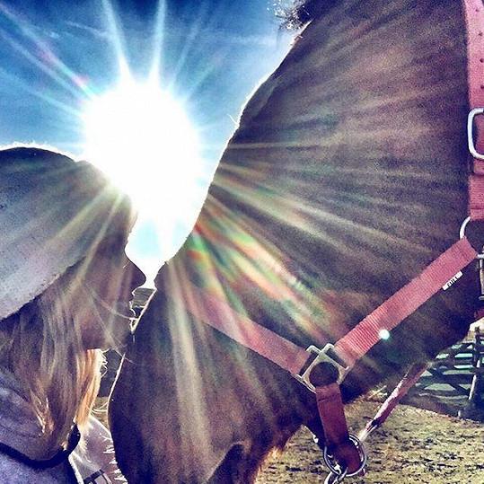 I v této zimě ráda vyrazí na projížďku na koni.