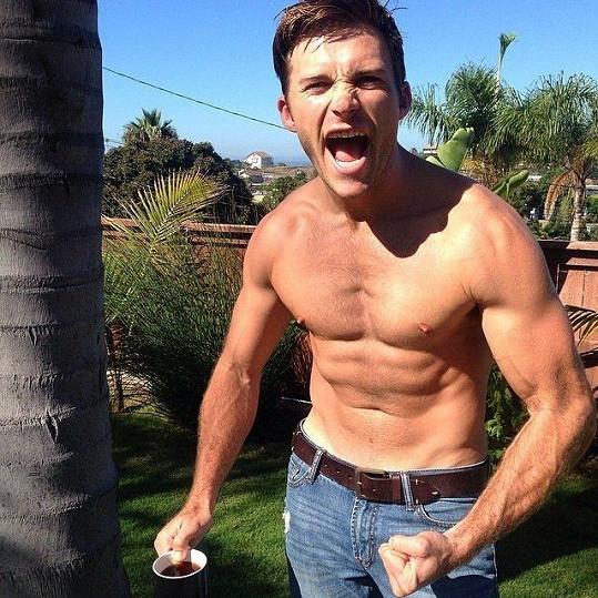 Scott se svou muskulaturou rád chlubí.