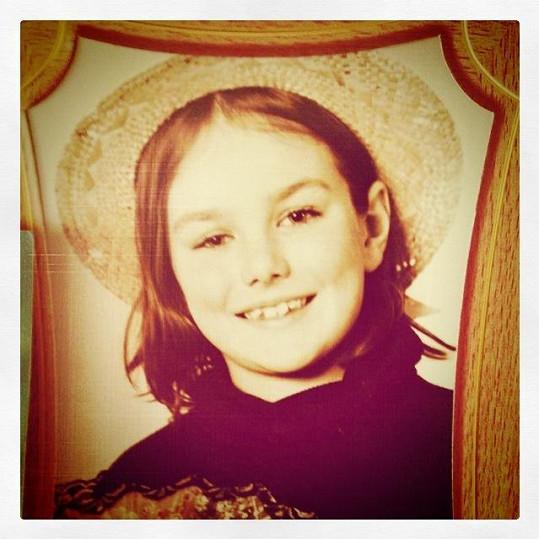 Ewa Farna jako malá holka. Tenkrát ještě měla křivé zuby, které pak napravily rovnátka.