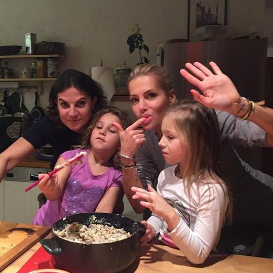 Zpěvačka s dcerou a přáteli napekla už na začátku prosince jedenáct druhů cukroví.