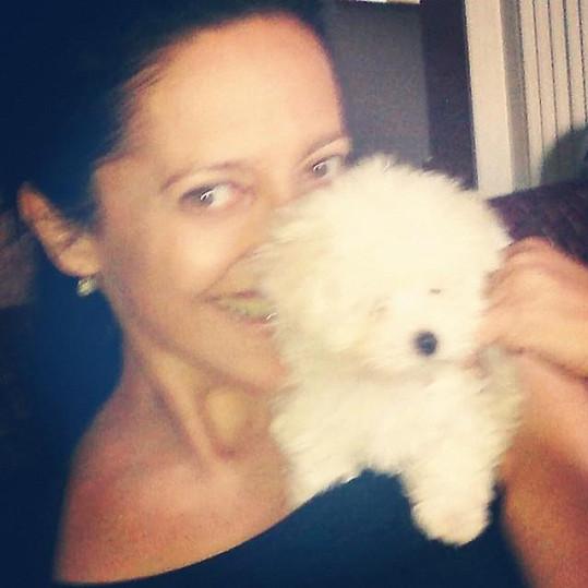 Lucie Bílá v lehkém oparu bez make-upu a se psem