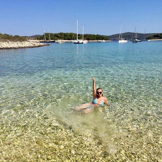 U Jadranu má krásné počasí a průzračnou vodu.
