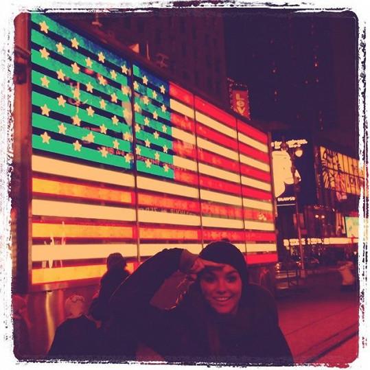 Ewa u americké vlajky.